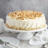 Εύγευστο κέικ καρότων με το πάγωμα και τα καρύδια τυριών κρέμας Στοκ φωτογραφία με δικαίωμα ελεύθερης χρήσης