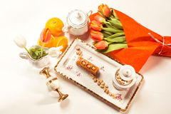 Εύγευστο κέικ με τα φυστίκια στο beautiflly διακοσμημένο πίνακα Στοκ Φωτογραφίες