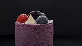 Εύγευστο κέικ με mousse Blackberry-βακκινίων στο μαύρο υπόβαθρο απόθεμα βίντεο