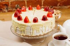 Εύγευστο κέικ μπισκότων με τις φρέσκες φράουλες και την κρέμα μπισκότων Στοκ φωτογραφίες με δικαίωμα ελεύθερης χρήσης