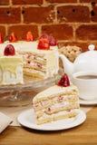 Εύγευστο κέικ μπισκότων με τις φρέσκες φράουλες και την κρέμα μπισκότων Στοκ Φωτογραφία