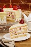 Εύγευστο κέικ μπισκότων με τις φρέσκες φράουλες και την κρέμα μπισκότων Στοκ Εικόνες