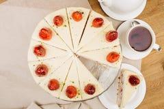 Εύγευστο κέικ μπισκότων με τις φρέσκες φράουλες και την κρέμα μπισκότων Στοκ εικόνες με δικαίωμα ελεύθερης χρήσης