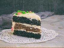Εύγευστο κέικ παπαρουνών με το μπισκότο καρυδιών και κρέμα τυριών στο ελαφρύ υπόβαθρο γενέθλια ευτυχή διάστημα αντιγράφων Στοκ φωτογραφίες με δικαίωμα ελεύθερης χρήσης