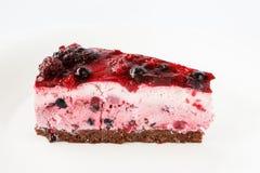 Εύγευστο κέικ παρφαί με τα wildberries, τη σειρά κακάου και την τήξη ζελατίνας Στοκ εικόνες με δικαίωμα ελεύθερης χρήσης