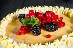 Εύγευστο κέικ σε ένα ξύλινο μαύρο υπόβαθρο Στοκ εικόνα με δικαίωμα ελεύθερης χρήσης