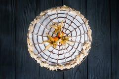 Εύγευστο κέικ σε ένα ξύλινο μαύρο υπόβαθρο Στοκ εικόνες με δικαίωμα ελεύθερης χρήσης