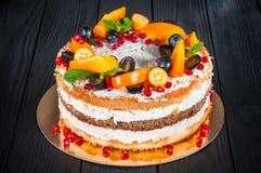 Εύγευστο κέικ σε ένα ξύλινο μαύρο υπόβαθρο Στοκ Φωτογραφία