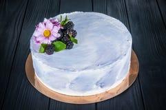 Εύγευστο κέικ σε ένα ξύλινο μαύρο υπόβαθρο Στοκ φωτογραφίες με δικαίωμα ελεύθερης χρήσης