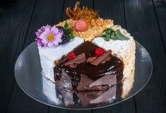 Εύγευστο κέικ σε ένα ξύλινο μαύρο υπόβαθρο Στοκ Εικόνες