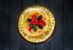 Εύγευστο κέικ σε ένα ξύλινο μαύρο υπόβαθρο Στοκ φωτογραφία με δικαίωμα ελεύθερης χρήσης
