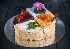 Εύγευστο κέικ σε ένα ξύλινο μαύρο υπόβαθρο Στοκ Εικόνα