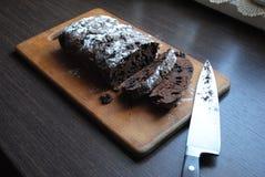 Εύγευστο κέικ σοκολάτας με τις σταφίδες στοκ φωτογραφία με δικαίωμα ελεύθερης χρήσης
