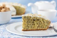 Εύγευστο κέικ σπόρου παπαρουνών με το φλυτζάνι του τσαγιού στον πίνακα Στοκ Εικόνες