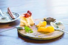 Εύγευστο κέικ στο πιάτο ξύλινο Στοκ φωτογραφίες με δικαίωμα ελεύθερης χρήσης