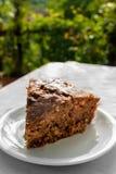 Εύγευστο κέικ Apple-σοκολάτας στο πιάτο στον πίνακα Στοκ εικόνα με δικαίωμα ελεύθερης χρήσης
