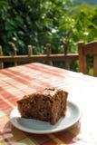 Εύγευστο κέικ Apple-σοκολάτας στο πιάτο στον πίνακα Στοκ Εικόνες