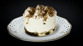 Εύγευστο κέικ tiramisu με την κτυπημένη κρέμα Στοκ Φωτογραφίες