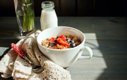 Εύγευστο και υγιές σπιτικό granola με τα μούρα Στοκ Εικόνα