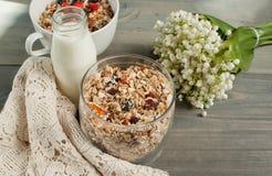 Εύγευστο και υγιές σπιτικό granola με τα μούρα Στοκ Εικόνες