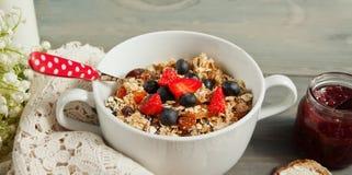 Εύγευστο και υγιές σπιτικό granola με τα μούρα Στοκ φωτογραφία με δικαίωμα ελεύθερης χρήσης