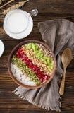 Εύγευστο και υγιές oatmeal με το ακτινίδιο, το ρόδι και τους σπόρους Στοκ Εικόνες