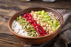 Εύγευστο και υγιές oatmeal με το ακτινίδιο, το ρόδι και τους σπόρους Στοκ φωτογραφία με δικαίωμα ελεύθερης χρήσης
