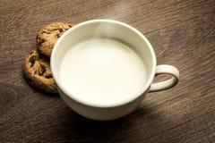 Εύγευστο καυτό φλυτζάνι του γάλακτος, πρόγευμα στοκ φωτογραφία με δικαίωμα ελεύθερης χρήσης