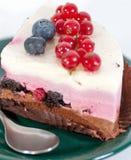 Εύγευστο κομμάτι του κέικ με τα μούρα στην κορυφή Στοκ Φωτογραφίες