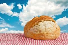 Εύγευστο κουλούρι ψωμιού στον πίνακα πικ-νίκ Στοκ εικόνα με δικαίωμα ελεύθερης χρήσης