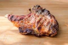 Εύγευστο κρέας βόειου κρέατος με τον καπνό που ψήνεται στη σχάρα στοκ εικόνες