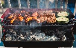 Εύγευστο κρέας στη σχάρα σχαρών με τον άνθρακα στο μπαλκόνι Στοκ φωτογραφία με δικαίωμα ελεύθερης χρήσης