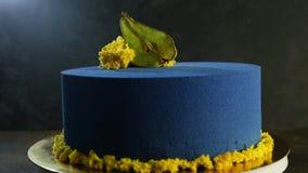 Εύγευστο μπλε κέικ που διακοσμείται με το ξηρό αχλάδι απόθεμα βίντεο