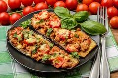 Εύγευστο ορεκτικό - ψημένες στη σχάρα μελιτζάνες που ψήνονται με τον κιμά, τις ντομάτες και το τυρί Στοκ Εικόνες