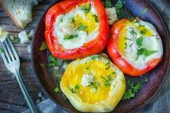 Εύγευστο πιάτο με τα τηγανισμένα αυγά στο κίτρινο και κόκκινο πιπέρι κουδουνιών στοκ φωτογραφία με δικαίωμα ελεύθερης χρήσης