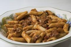 Εύγευστο πιάτο που προετοιμάζεται από τα μακαρόνια με την ντομάτα και το κρέας Στοκ φωτογραφία με δικαίωμα ελεύθερης χρήσης