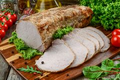 Εύγευστο πικάντικο κρέας Κρέας που ψήνεται πικάντικο με το πιπέρι τσίλι Κομμάτι του ψημένου κρέατος με τα καρυκεύματα και τα λαχα στοκ εικόνα με δικαίωμα ελεύθερης χρήσης