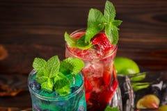 Εύγευστο ποτό οινοπνεύματος με τις γλυκά φράουλες και τα βακκίνια Mojito σε ένα ξύλινο υπόβαθρο Θερινά κοκτέιλ διάστημα αντιγράφω Στοκ εικόνες με δικαίωμα ελεύθερης χρήσης