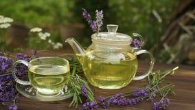 Εύγευστο πράσινο τσάι στο όμορφο κύπελλο γυαλιού στον πίνακα φιλμ μικρού μήκους