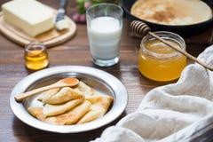 Εύγευστο πρόγευμα με τις τηγανίτες Στοκ εικόνες με δικαίωμα ελεύθερης χρήσης