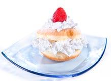Εύγευστο πρόσφατα ψημένο doughnut με την κρέμα Στοκ Φωτογραφίες
