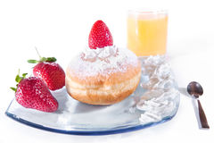 Εύγευστο πρόσφατα ψημένο doughnut με την κρέμα Στοκ Εικόνες