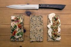 εύγευστο πρόχειρο φαγη&tau Crackerbreads με τα καλύμματα Στοκ Φωτογραφία