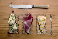 εύγευστο πρόχειρο φαγη&tau Crackerbreads με τα καλύμματα Στοκ εικόνα με δικαίωμα ελεύθερης χρήσης