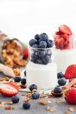 Εύγευστο σαφές γιαούρτι με το φρέσκο βακκίνιο και φράουλα στο α στοκ φωτογραφία με δικαίωμα ελεύθερης χρήσης
