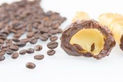 Εύγευστο σισιλιάνο γλυκό cannellino cannolo με το φουντούκι ζύμης κοντά στα φασόλια καφέ Στοκ Φωτογραφίες