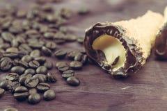 Εύγευστο σισιλιάνο γλυκό cannellino cannolo με το φουντούκι ζύμης κοντά στα φασόλια καφέ Στοκ φωτογραφίες με δικαίωμα ελεύθερης χρήσης