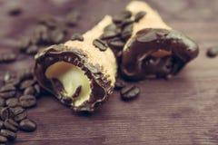 Εύγευστο σισιλιάνο γλυκό cannellino cannolo με το φουντούκι ζύμης κοντά στα φασόλια καφέ Στοκ εικόνα με δικαίωμα ελεύθερης χρήσης