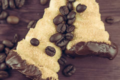 Εύγευστο σισιλιάνο γλυκό cannellino cannolo με το φουντούκι ζύμης κοντά στα φασόλια καφέ Στοκ εικόνες με δικαίωμα ελεύθερης χρήσης