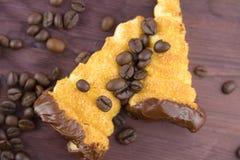 Εύγευστο σισιλιάνο γλυκό cannellino cannolo με το φουντούκι ζύμης κοντά στα φασόλια καφέ Στοκ Φωτογραφία